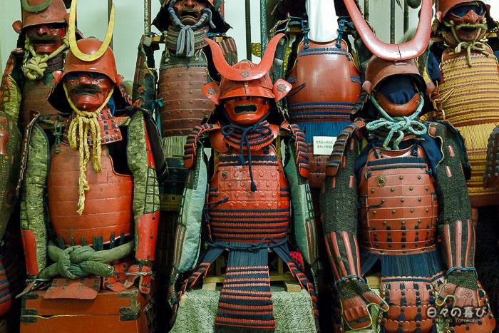 armures de samourai rouges alignées