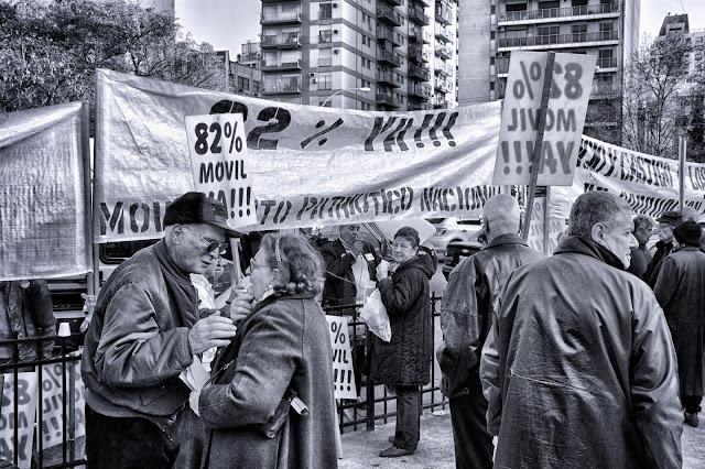 Grupo de jubilados protestando en Blanco y Negro