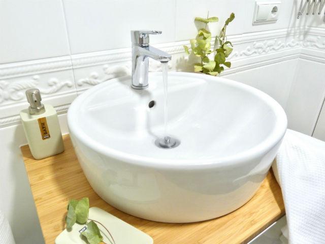 reforma baño sin obras, grifo agua fría