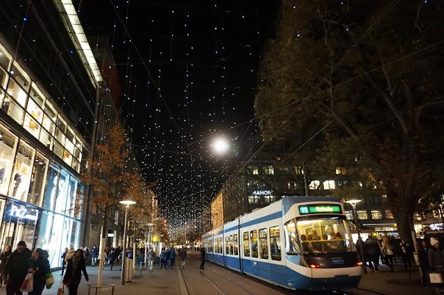 ratikka jouluvalot kaupunki keskusta pimeä yö