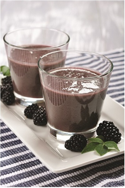 Focus and Energy Smoothie.  Bahan: blackberry, raspberry, teh hijau, bayam, kale, coklat protein powder, stevia, alpukat.
