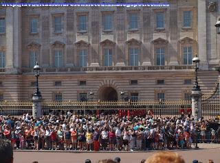 Cambio de la guardia tras la verja de Buckingham Palace