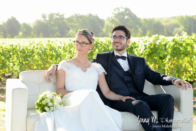 photo des mariés durant cérémonie mariage au milieu des vignes