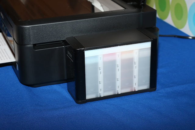 透過印表機旁的墨水匣提供連續供墨的補充機制