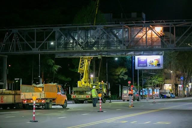 В Тбилиси сносят металлические пешеходные мосты