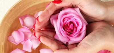 Mengontrol Minyak Pada Kulit Wajah Dengan Air Mawar