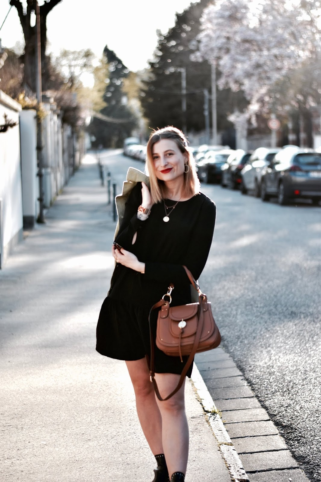 look decontracté en robe noire