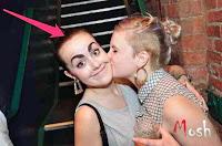 Lustige Frauen die sich auf Wange küssen - Glückliches Gesicht - Happiness Funny