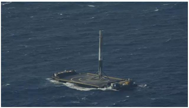 Tên lửa Falcon 9 đang đáp ở một tàu không người lái trên biển Đại Tây Dương. Hình ảnh bởi SpaceX.