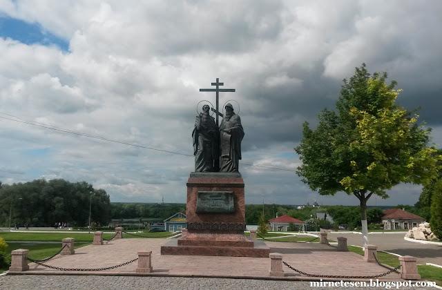 Коломенский кремль - памятник Кириллу и Мефодию