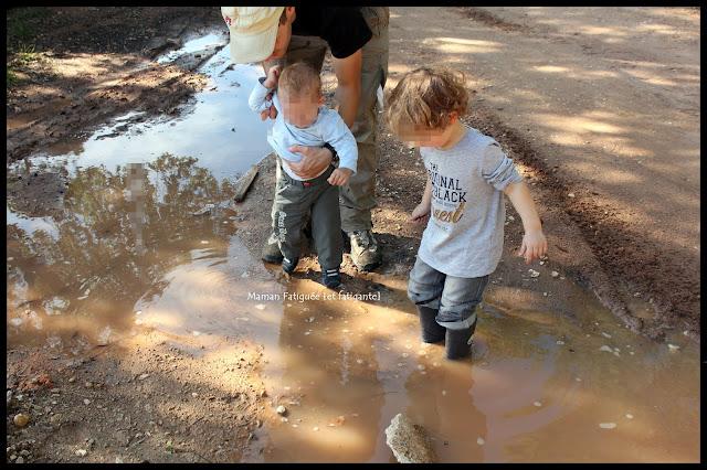 Petit Chou et Lou sautent dans les flaques