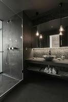 baño principal negro