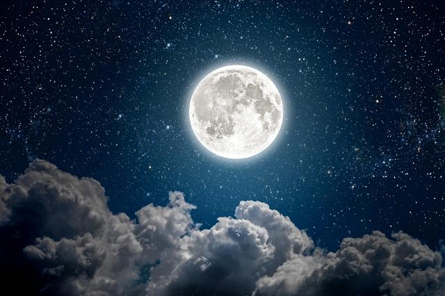 आकाश में एक सुंदर ब्लू मून घटना होती है: साइंस एस्ट्रोनॉमी इवेंट्स