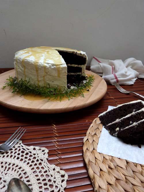 Torta London Fog: de chocolate y Earl Grey, rellena con crema de Earl Grey y salsa de caramelo salado