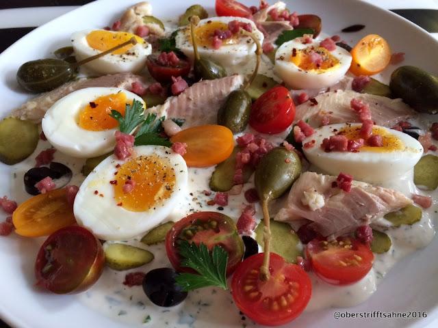 Eiersalat mit Bückling, Tomaten, Cremé fraîche mit Kräutern, Kapernäpfeln und Oliven