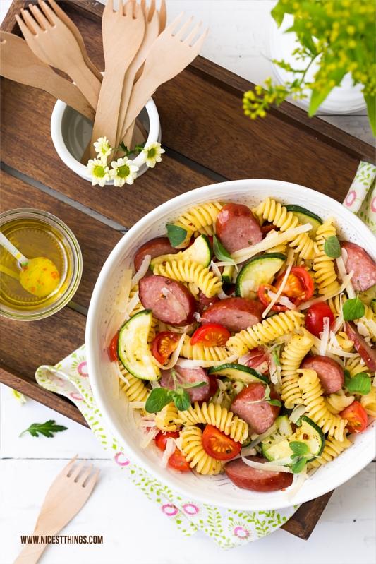 Mediterraner Nudelsalat mit Kabanos, Tomate, Zucchini, Parmesan