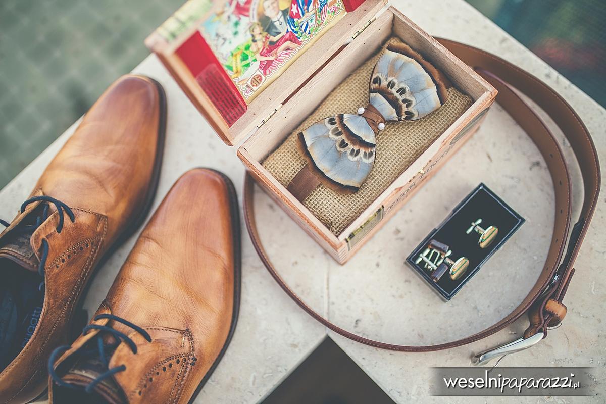 Buty, mucha i spinki do mankietów w stylu lat 50 tych.