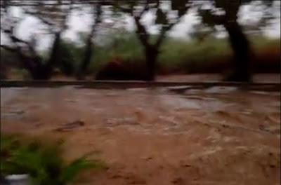 Φούσκωσε το ρέμα στο Καραβοστάσι και παρέσυρε τα πάντα (+ΒΙΝΤΕΟ)