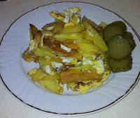 Cartofi prajiti cu oua si salata