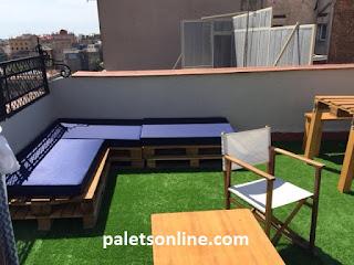 Zona de relax con europalets reciclados y  colchonetas en azul mueblesconpalets.com