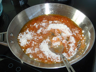 elaboración de la salsa para los pimientos rellenos