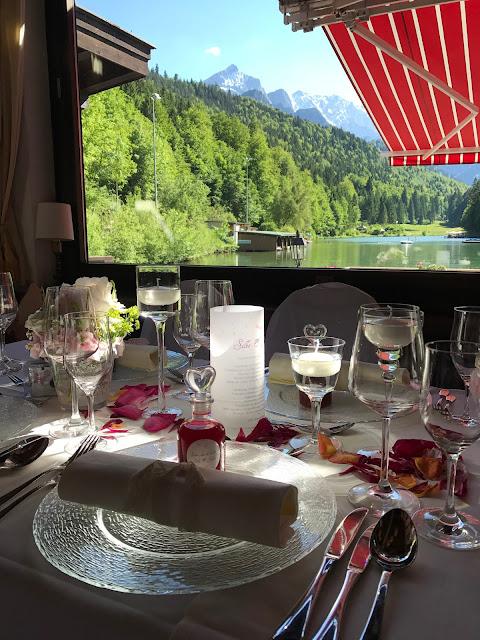 Hochzeitsdinner im Seehaus, Beste Aussichten, Berghochzeit am Riessersee in Garmisch-Partenkirchen, Bayern, Hochzeitshotel, Hochzeitsplanerin Uschi Glas, Apricot, Rosé, Marsalla, Pastelltöne