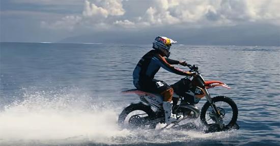 Robbie Maddo Maddison - Surf com moto no Taiti