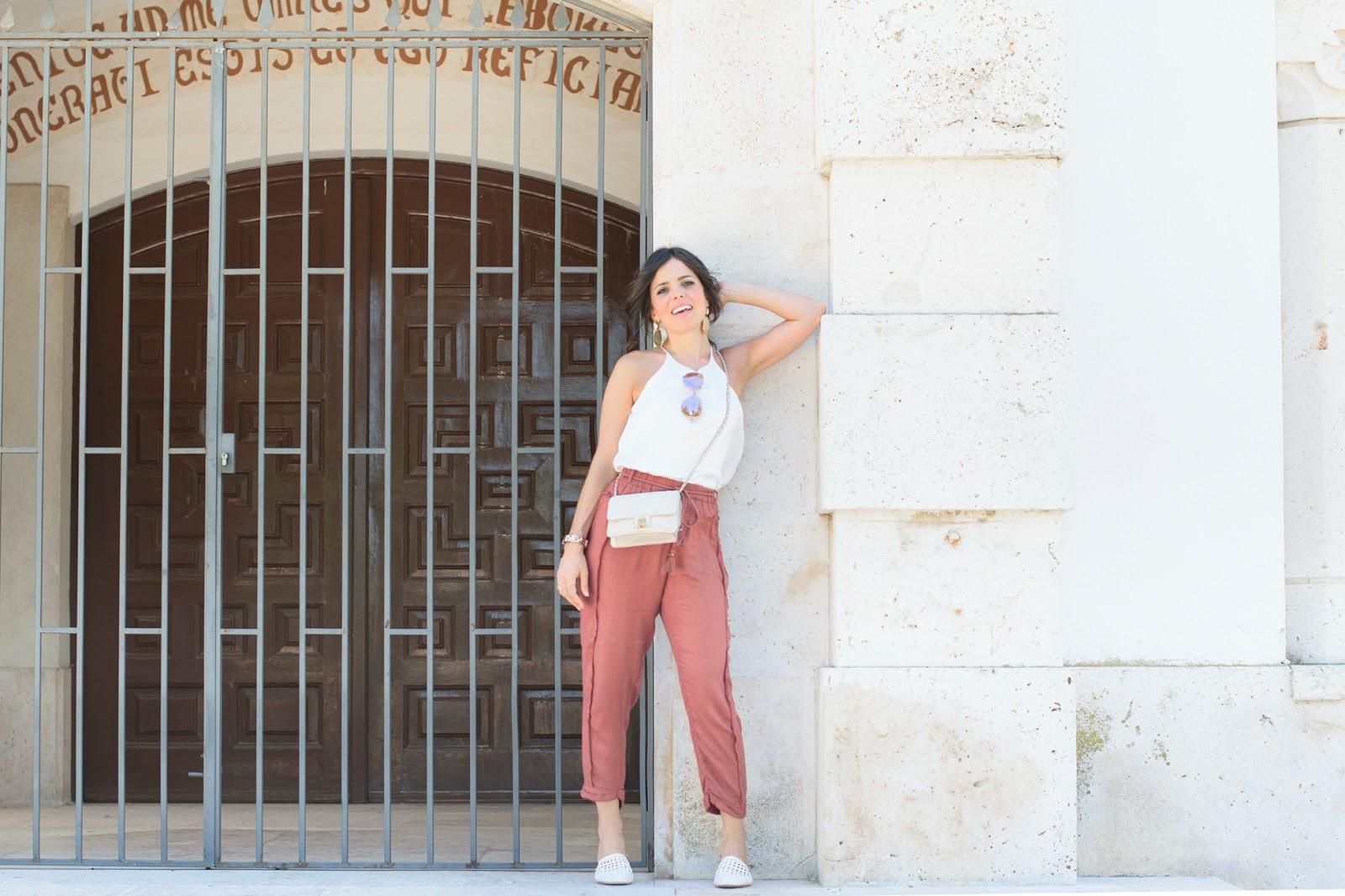 Look con pantalón baggy y mules de Zara