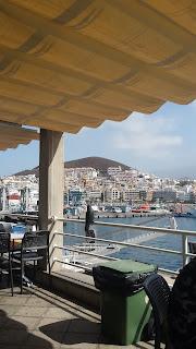 Relaxing cup of café con leche en Tenerife
