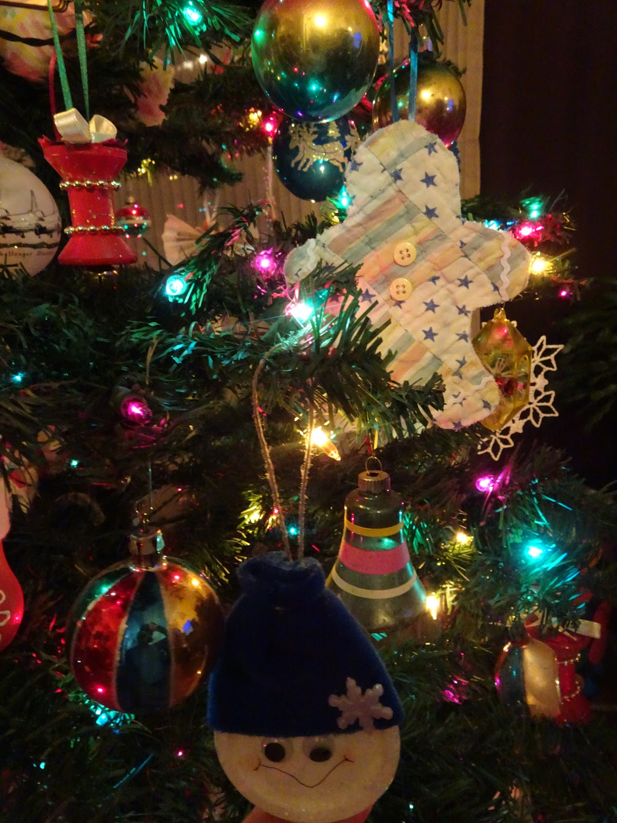 Vintage Ornaments + Snowmen From Jar Lids And Old Wooden