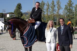 Shane Breen recibe el trofeo de manos de Beatriz Ribes, directora de marketing de Bardinet, y Daniel Garcia Giró, director del CSIO Barcelona
