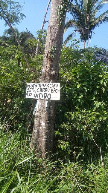 """Maurício, um mato-grossense que chegou a Rondônia em 1977 e tem orgulho de plantar milho, feijão e abóbora, recebeu uma violenta descarga de espingarda de chumbo no corpo. O agricultor correu uns 100 metros antes de desabar ao lado do mesmo barracão onde naquela manhã de dezembro o Ministério do Desenvolvimento Agrário ouvia reivindicações de trabalhadores rurais.   Cerca de cinco quilômetros (km) antes de entrar no assentamento 10 de Maio, no município de Buritis (RO), uma placa avisa aos que se aproximam: """"Quem estiver de moto, tire o capacete. Quem vier de carro, é necessário abaixar os vidros"""". O aviso não obedece à ortografia da norma vigente no Brasil, mas o recado é bem claro. É uma reação dos pequenos agricultores ameaçados de morte por pistoleiros a mando de latifundiários. E nesse pedaço da Amazônia, ameaças de morte não costumam ficar na promessa. Maria Franco Cardoso, 34 anos, sabe disso. Ela escapou de um atentado uma vez, quando ia com o marido de moto para o centro de Buritis, distante cerca de 300 km da capital rondoniense de Porto Velho. Em outra ocasião, foi agredida por policiais militares que obrigavam as famílias a abandonar a área improdutiva"""