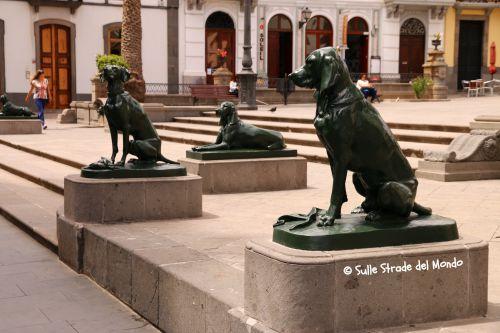 Statue di cani all'ingresso della Cattedrale
