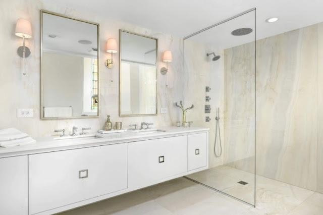 baño con paredes de mármol y mampara minimalista chicanddeco