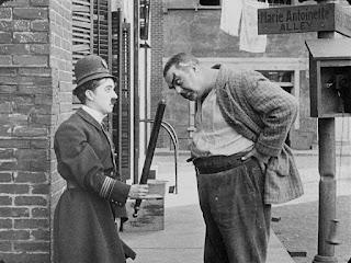 """Чарли Чаплин и Эрик Кэмпбелл в фильме """"Тихая улица"""" (1917)"""