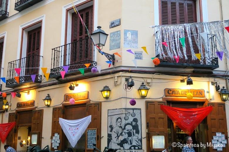 Virgen de la Paloma Madrid マドリードの夏祭り用の飾り付けられバルやバルコニー