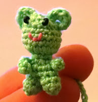 http://translate.googleusercontent.com/translate_c?depth=1&hl=es&prev=/search%3Fq%3Dhttp://amigurumi.su/zolotoy-telyonok/%26safe%3Doff%26biw%3D1280%26bih%3D829&rurl=translate.google.es&sl=ru&u=http://amigurumi.su/malenkaya-izumrudnaya-myishka/&usg=ALkJrhheHXntq3uHnL7k_I81N7aA8FPsAw