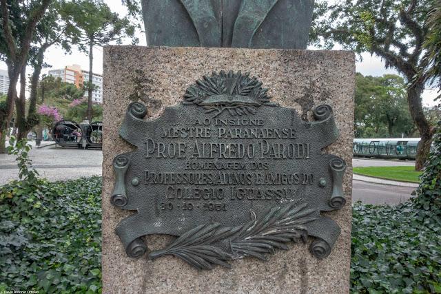 Placa no pedestal do busto do Professor Alfredo Parodi na Praça Rui Barbosa