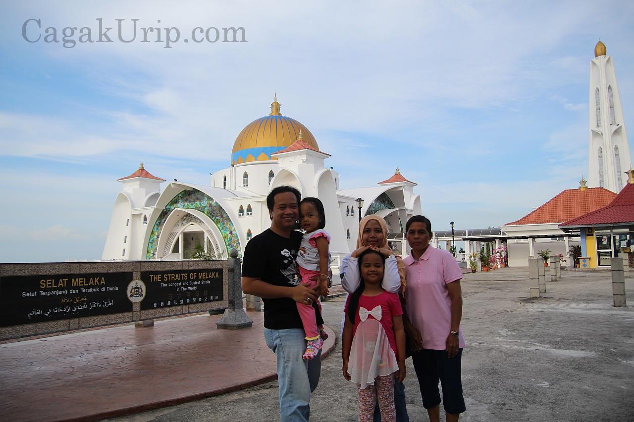 Foto keluarga di Masjid Selat Melaka