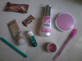 (6) Isi tas bagian kecil itu ada make up, cemilan, dan pena.