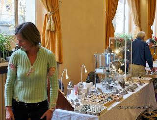 Des cristaux du Mont-Blanc exposés sur un stand de cristallier dans une des salles du Majestic à Chamonix