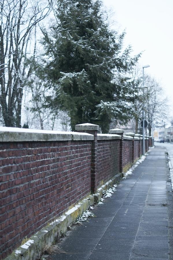 Blog + Fotografie by it's me! - Draussen - Frau Frieda sucht Schnee, Friedhofsmauer mit Schnee