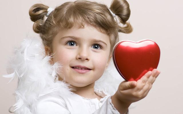 Kind als engel met liefdes hartje