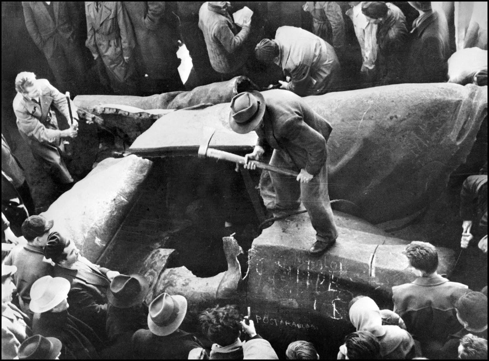 Una estatua incorpórea de la cabeza de Joseph Stalin en las calles de Budapest durante la Revolución Húngara de 1956