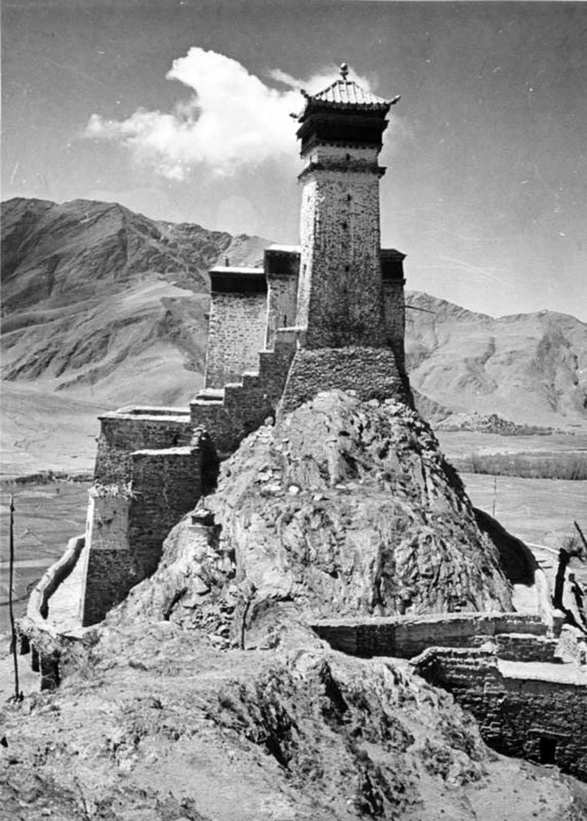 The Yumbulagang fortress as photographed by Ernst Krause in 1938.
