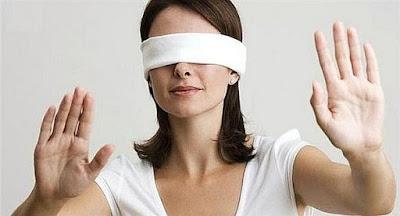 Mujer vendada de los ojos