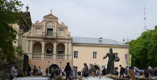 Targ książek wokół pomnika drukarza Iwana Fedorowa