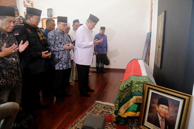 Sejumlah Tokoh Hadiri Pemakaman AM Fatwa, Jokowi Ucapkan Belasungkawa Lewat Twitter