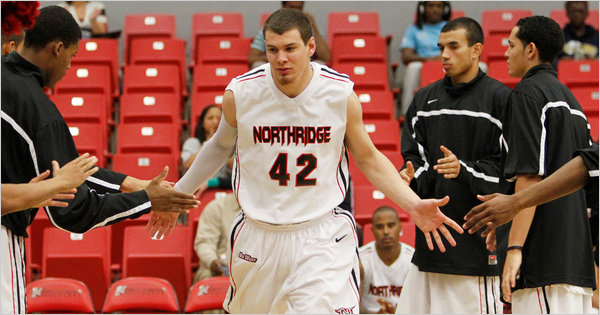 El jugador sordo de baloncesto Michael Lizárraga en el Northridge