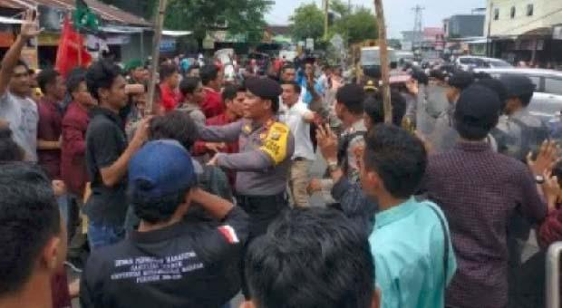 Aksi Tolak Jokowi di Mataram Ricuh, Satu Orang Polisi Terluka